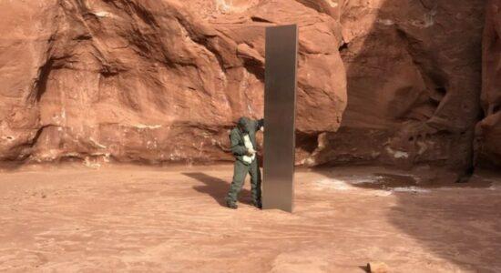 Monolito de metal em região montanhosa do estado de Utah, nos Estados Unidos