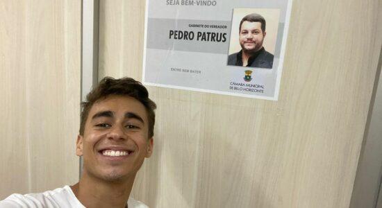 Vereador eleito Nikolas Ferreira posa em frente ao futuro gabinete que pertencia ao petista Pedro Patrus
