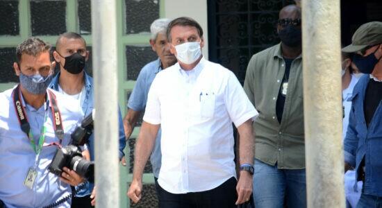No Rio, Jair Bolsonaro vota e defende voto impresso