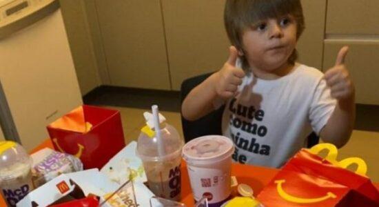 menino de 3 anos pede R$ 400 reais em lanche no Mcdonalds