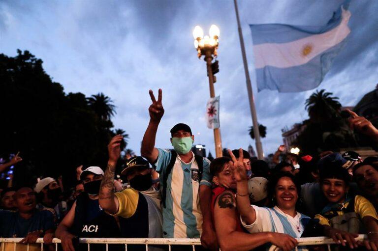 Tumulto e emoção marcam o velório de Maradona em Buenos Aires