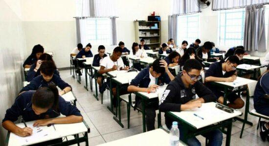 Sala de aula com alunos estudando