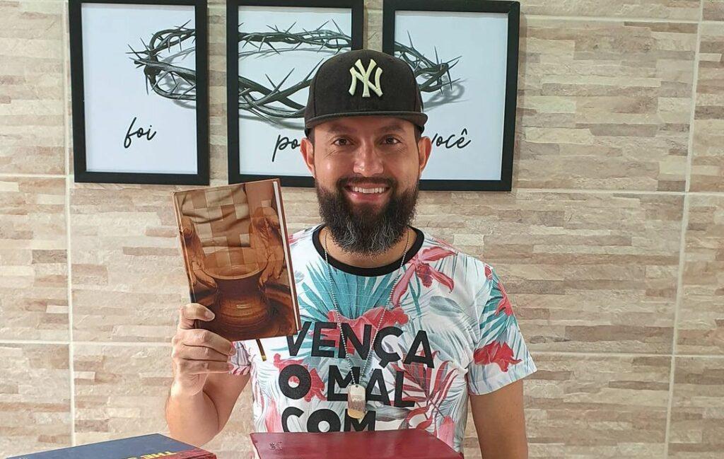 Rodrigo Soriano com livros