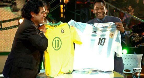 Pelé e Maradona trocam camisasdo futebol brasileiro e argentino