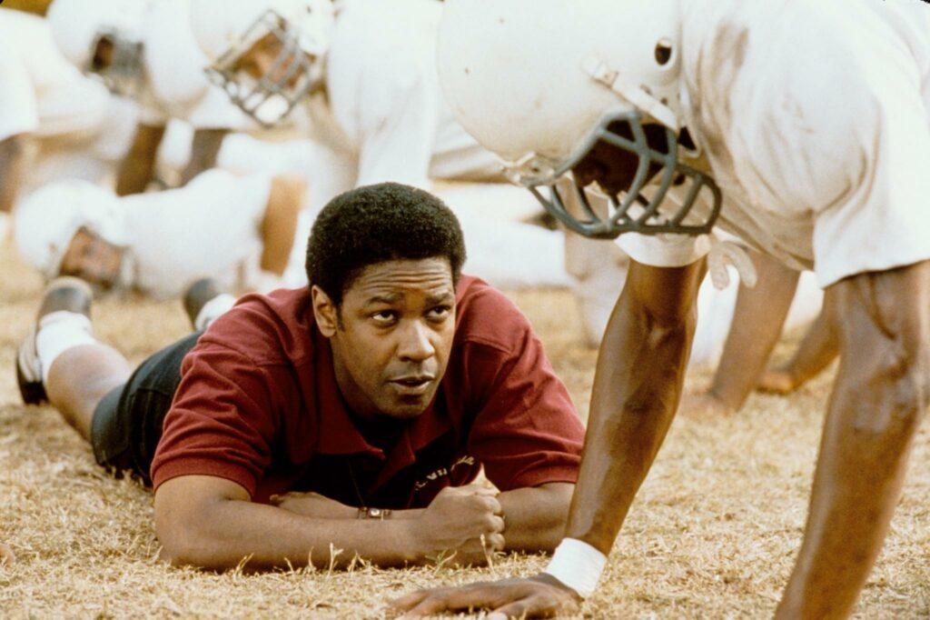 Denzel Washington vive um treinador com o desafio de vencer o preconceito racial dentro de seu próprio time