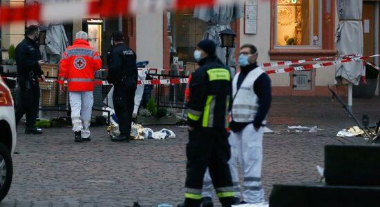 Carro invade área de pedestres e mata pessoas em cidade na Alemanha