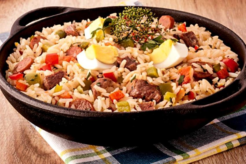 Arroz de carreteiro é um prato tradicional gaúcho que pode ser feito com sobras de churrasco