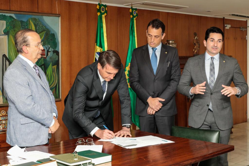 Assinatura de Projeto de Lei de Auxílio a Pequenas e Microempresas