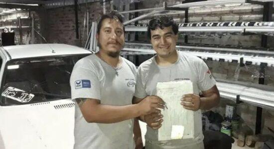 Eduardo Fonseca entrega documentação do carro ao funcionário