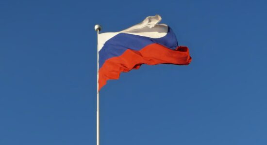 bandeira-da-russia-no-céu-azul