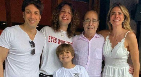 Luciana Gimenez ao lados dos filhos, do irmão e do pai