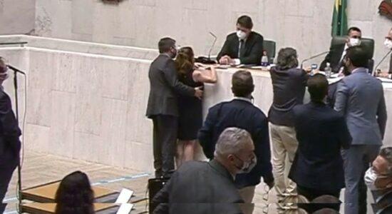 Deputado estadual Fernando Cury apalpou lateral do corpo da parlamentar Isa Penna