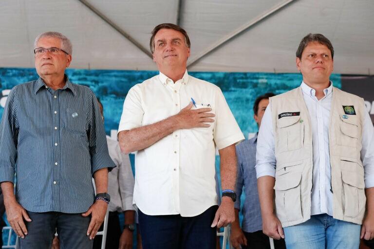 Bolsonaro vai à Bahia, anda a cavalo e é aclamado pelo povo