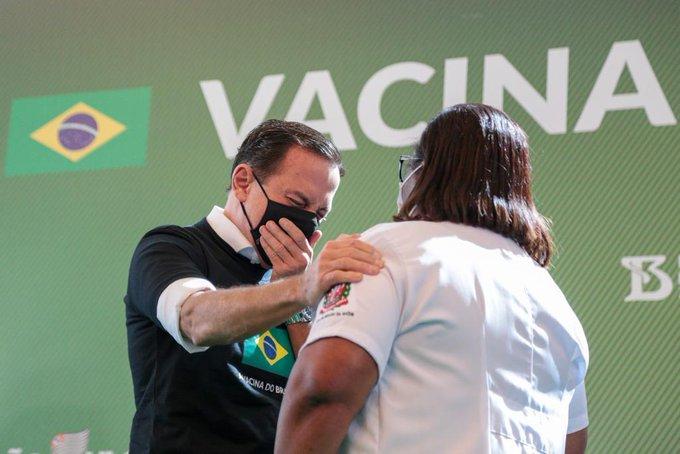 Reação de Doria durante vacinação chama a atenção