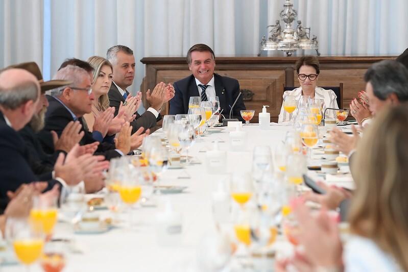 Frente do agronegócio se reúne com Bolsonaro e apoia Lira
