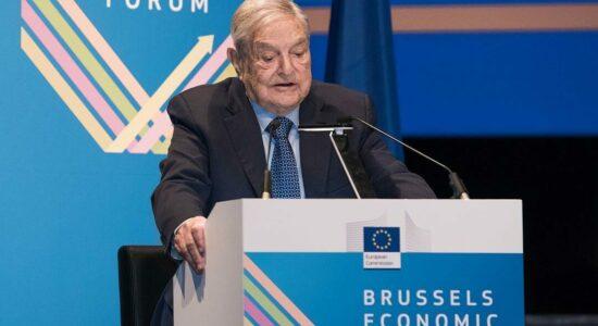 George durante o Fórum Econômico de Bruxelas, em 2017