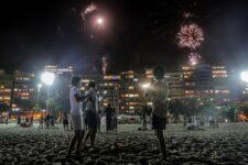 Grupo observa chegada do novo ano no Rio de Janeiro