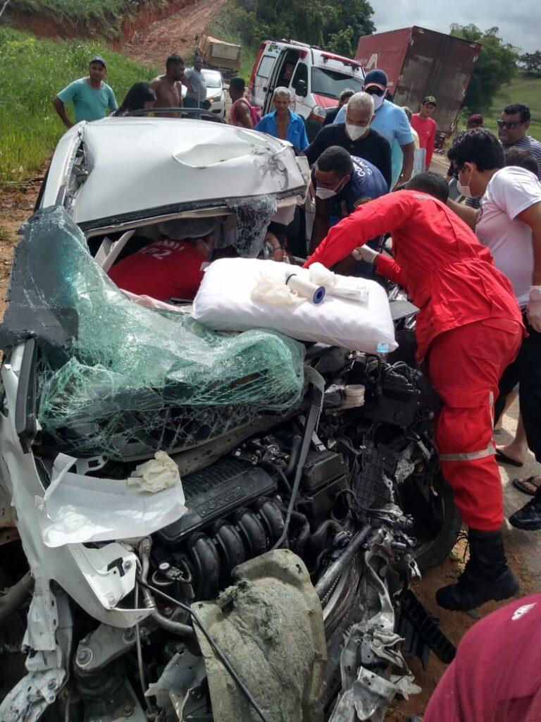 Cantora Amanda Wanessa sofre grave acidente de carro e  amigos pedem oração