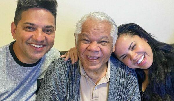 cantora cassiane junto do marido e do pai, seu Del