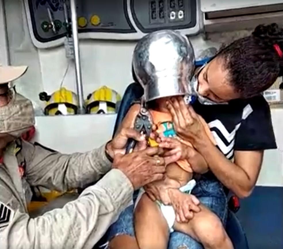 Menino de apenas 2 anos fica com panela presa na cabeça