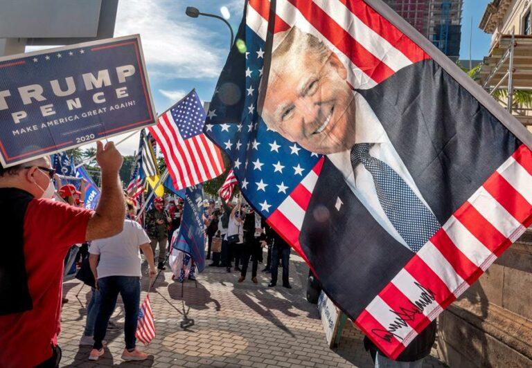 Multidão se reúne em Washington em apoio a Donald Trump