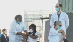 Duas primeiras pessoas a serem vacinadas no Rio de Janeiro