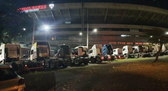 Caminhoneiros realizaram protesto na frente do estádio do Morumbi