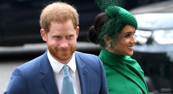 Príncipe Harry ao lado da esposa Meghan Markle