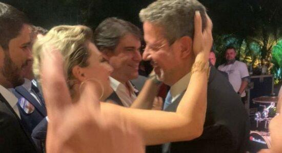 Joice Hasselmann é flagrada curtindo festa de Arthur Lira