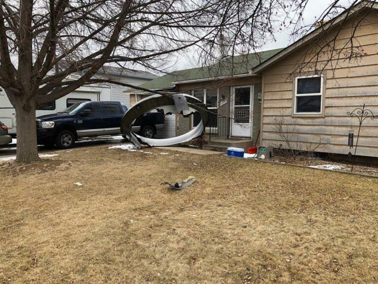 Destroços do avião caíram sobre casas em Denver