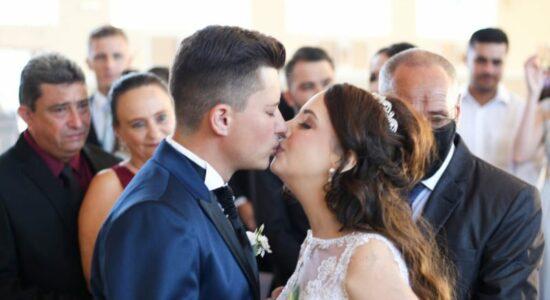 Noiva com câncer realiza sonho de casar dez dias antes de morrer