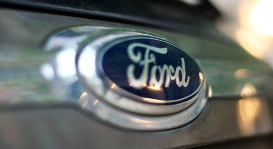 emblema da ford em automóvel