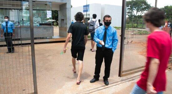 Participantes chegam para o Exame Nacional do Ensino Médio