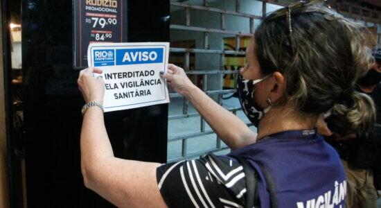 Fiscal interdita estabelecimento na Barra - Marcelo Piu / Prefeitura do Rio