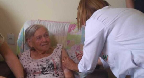 Dona Olinda recebeu segunda dose de vacina contra Covid nesta segunda