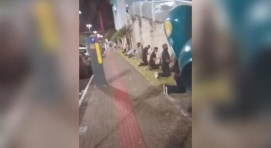 Familiares fazem corrente de oração de joelhos em volta de hospital no Oeste de SC