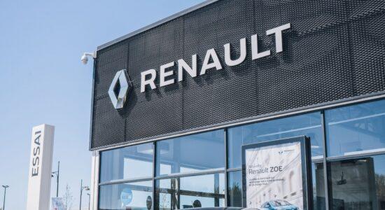 fachada da renault com carro branco na frente