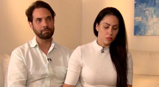 Vereador Jairinho concede entrevista ao lado de Monique, mãe de Henry