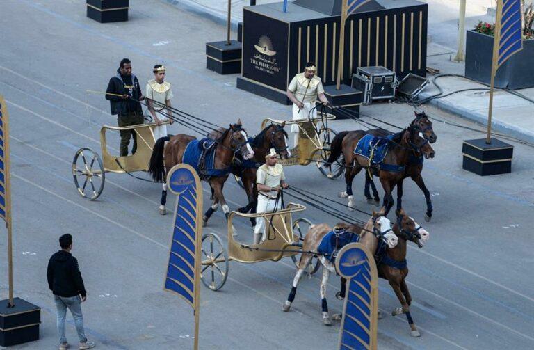 Desfile faraônico nas ruas do Cairo, no Egito