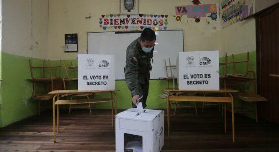 Dia de eleição no Equador e Peru têm protocolos sanitários rígidos