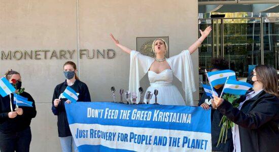 Vestida como Evita, brasileira pede ao FMI alívio da dívida para a Argentina