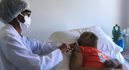 Arlindo Cruz recebe dose da vacina contra a Covid-19