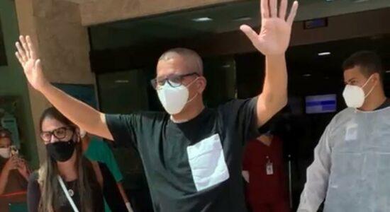 Cantor Geraldo Guimarães deixa o hospital