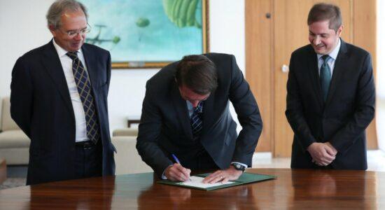 Bolsonaro assina MP que auxilia empresas a manter empregos