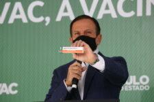 Governador de São Paulo, João Doria, segura caixa da Butanvac