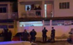 Vídeo: Homem atira cadeira em PMs durante festa clandestina