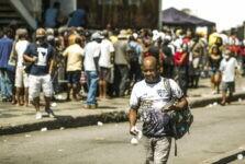 Pessoas no Centro do Rio em busca de alimentação