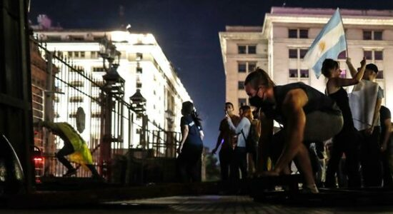Argentinos vão às ruas contra medidas de isolamento
