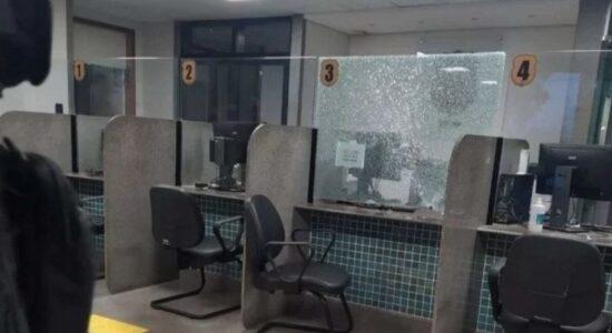Mulher tomou arma de policial e atirou dentro de delegacia