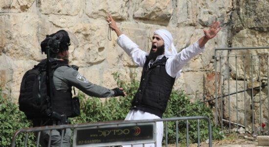 Polícia israelense discute com um palestino